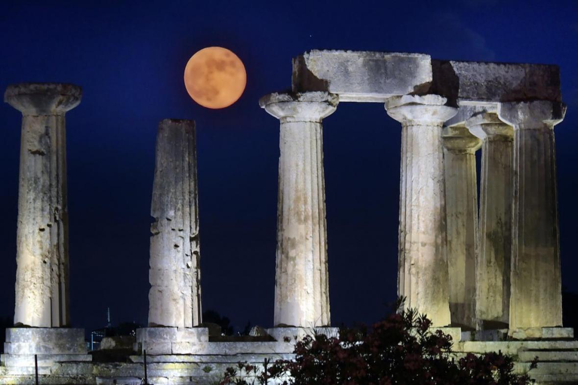ماه توت فرنگی در آسمان شب