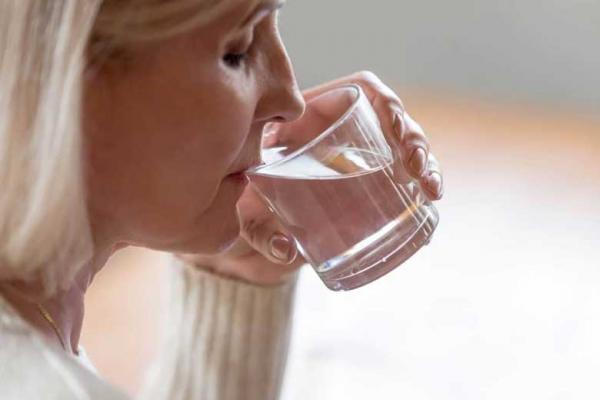 هنگام غذا خوردن آب نخورید